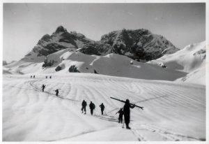 Aufstiegstechnik und Tragepassage im Jahr 1935 (Bild Gletscherrennen in Gosau, Leopold Gapp)