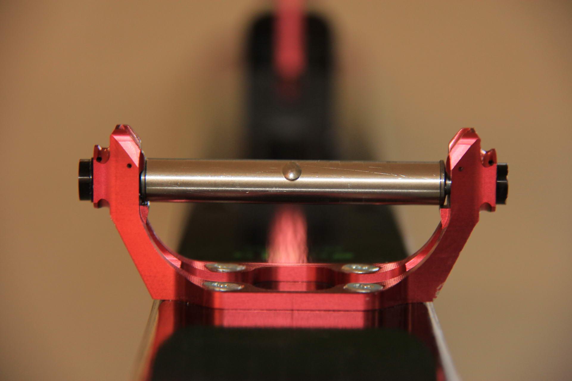 So klinkt sich der Zylinder mit den beiden Pins in die Pintec 49 ein.